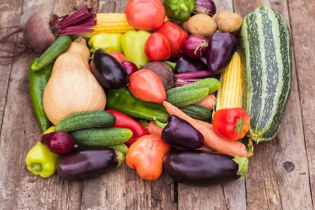 Close-up de uma safra fresca de vegetais, a colheita de um fazendeiro, uma horta. ecoprodutos, vegetarianismo, proteína alternativa, nutrição vegetal