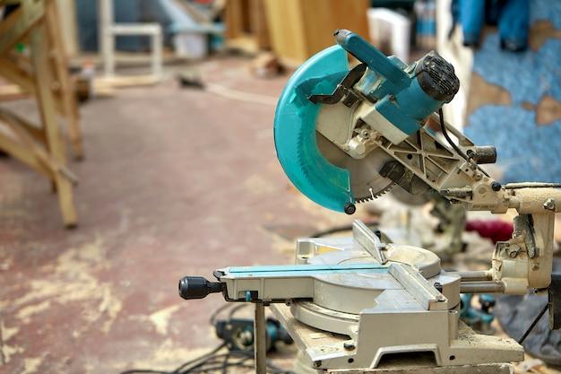 Close-up de uma serra circular de laser em um canteiro de obras. produtos para casa e jardim e produção. ferramenta de construção.
