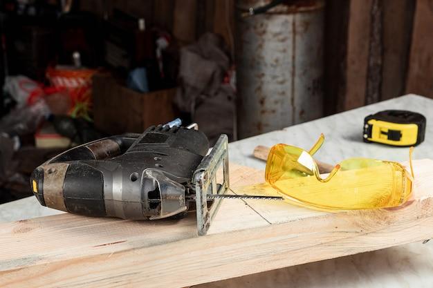 Close-up de uma serra de vaivém em uma placa de madeira. construção, carpintaria.