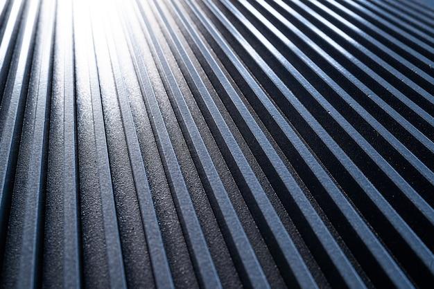Close-up de uma superfície de metal ondulada dourada de um equipamento não identificado. o conceito de equipamentos sofisticados e tecnologia moderna. o conceito de dispositivos de engenharia de manufatura