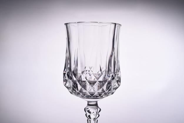 Close up de uma taça de vidro transparente limpa vazia
