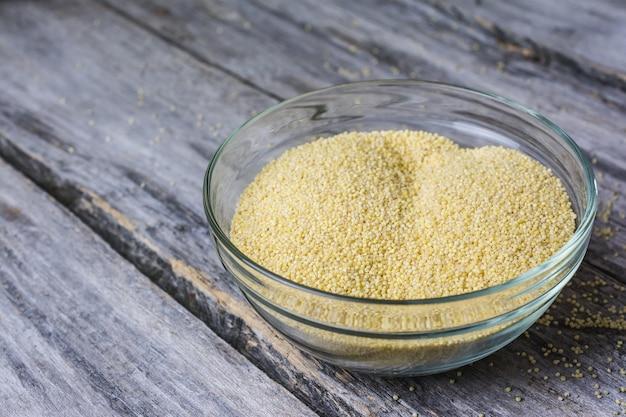 Close-up de uma tigela de grãos de amarath inteiros frescos