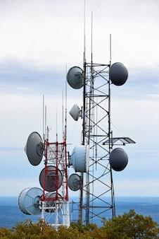Close up de uma torre de comunicação