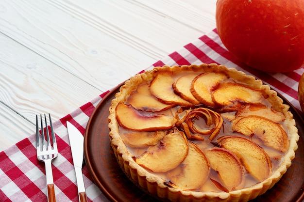 Close up de uma torta de maçã na mesa de madeira