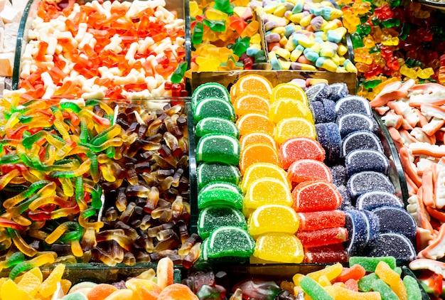 Close-up de uma variedade de balas de gelatina coloridas e diferentes no mercado em istambul, turquia