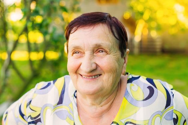 Close-up de uma velha avó sorrindo com rugas