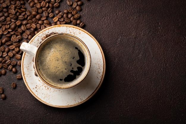 Close-up de uma xícara de café preto.