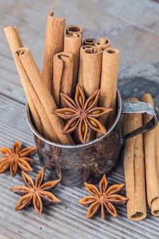 Close-up de varas de canela e anis de estrela