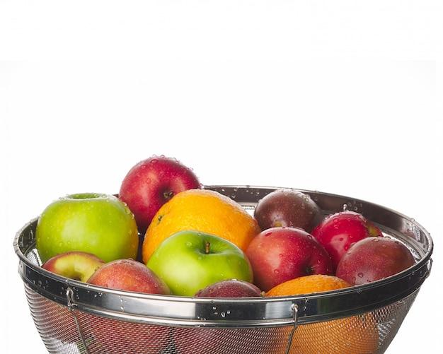 Close-up de várias frutas na cesta de aço inoxidável.