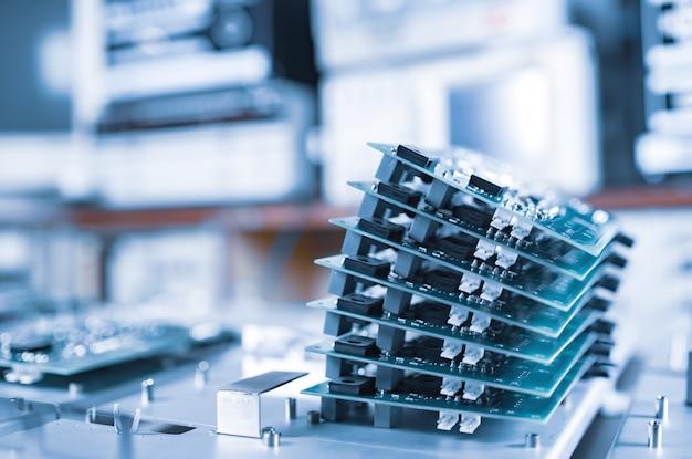 Close-up de várias linhas com microchips de computador