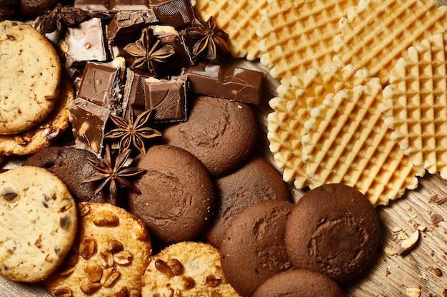 Close-up de vários biscoitos de aveia, pedaços de chocolate