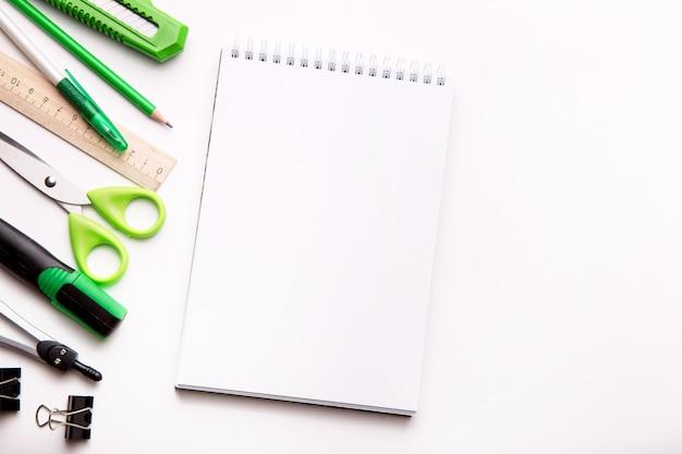 Close-up de vários itens de escola