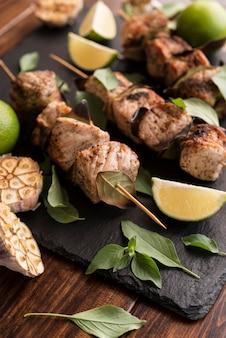 Close-up de vegetais e espetos de carne