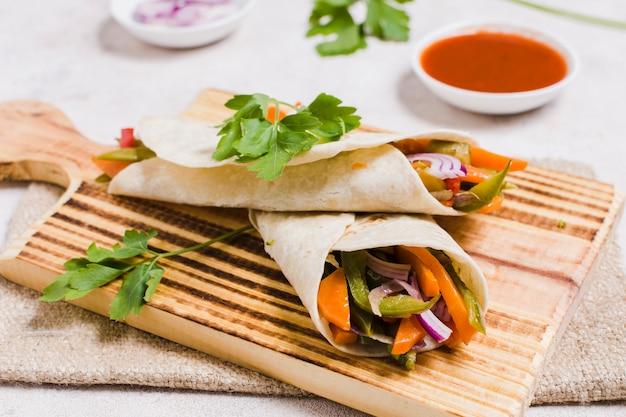 Close-up de vegetais orgânicos envolto em pão árabe com molho