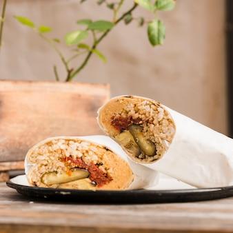 Close-up, de, vegetariano, burrito, envoltório, ligado, prato, tabela
