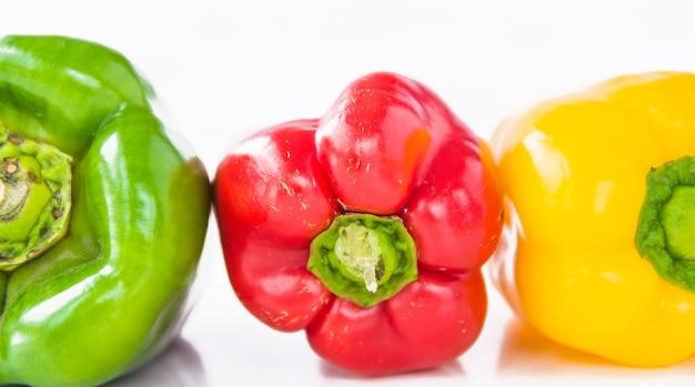 Close-up de verde; pimentão vermelho e amarelo