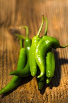 Close-up, de, verde, pimentas pimenta-malagueta, ligado, madeira, fundo
