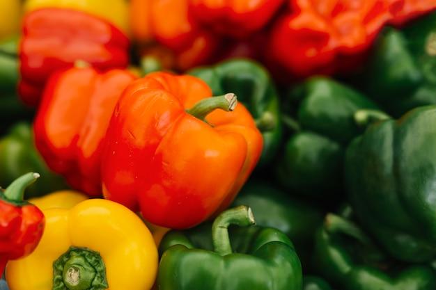 Close-up de vermelho; pimentões amarelos e verdes