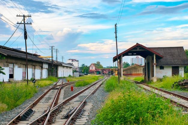 Close-up de vias férreas mesclar estação juntos em chiangmai, tailândia