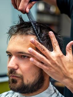 Close-up, de, vista lateral, homem, obtendo, profissional, corte cabelo