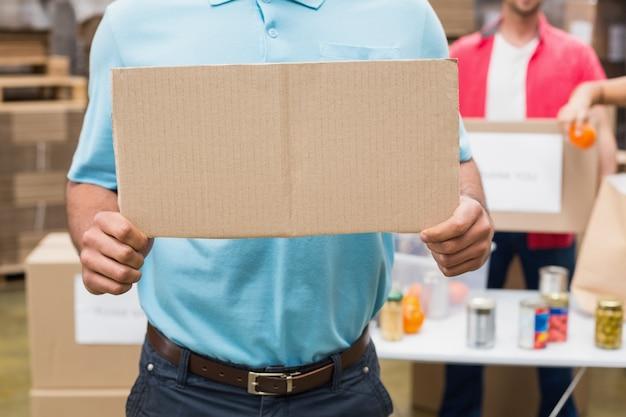 Close up de voluntário mostrando um cartaz