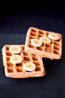 Close-up de waffles com banana e mel