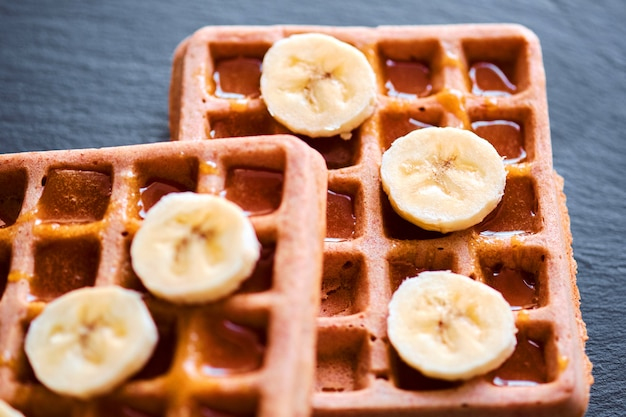Close-up de waffles com banana e mel