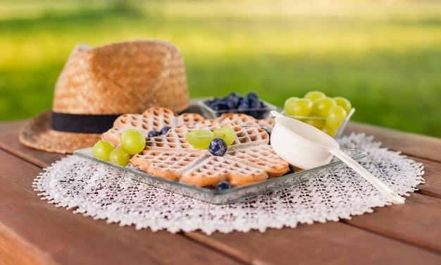 Close up de waffles doces com frutas