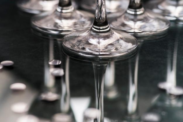 Close-up, de, wineglasses, base, refletir, ligado, tabela