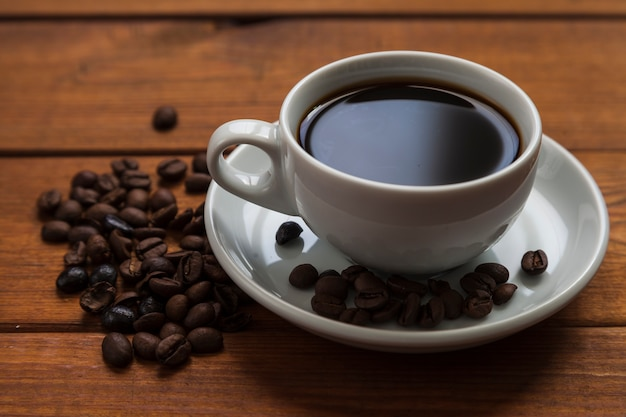 Close-up de xícara de café e feijão