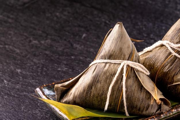 Close up de zongzi caseiro chinês asiático - comida de bolinho de arroz para o festival do barco-dragão