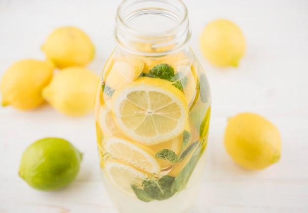 Close-up deliciosa limonada pronta para ser servida