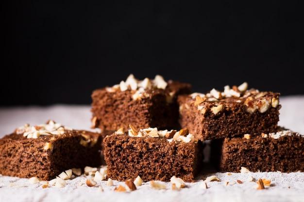 Close-up deliciosos brownies de chocolate prontos para serem servidos