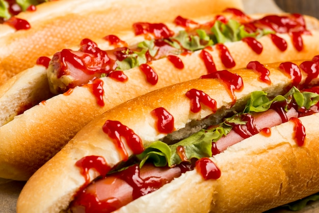 Close-up deliciosos cachorros-quentes com ketchup
