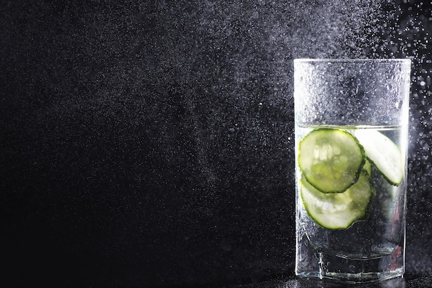 Close-up despejando água potável purificada da garrafa na mesa da sala de estar