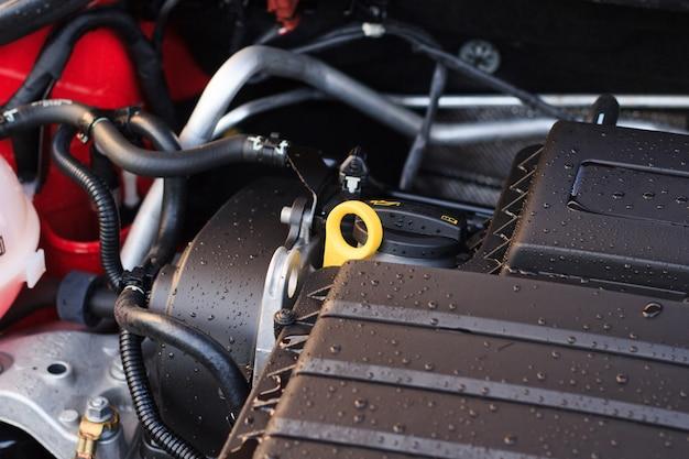 Close-up, detalhes do novo motor do carro, o conceito de cuidar de elementos do motor