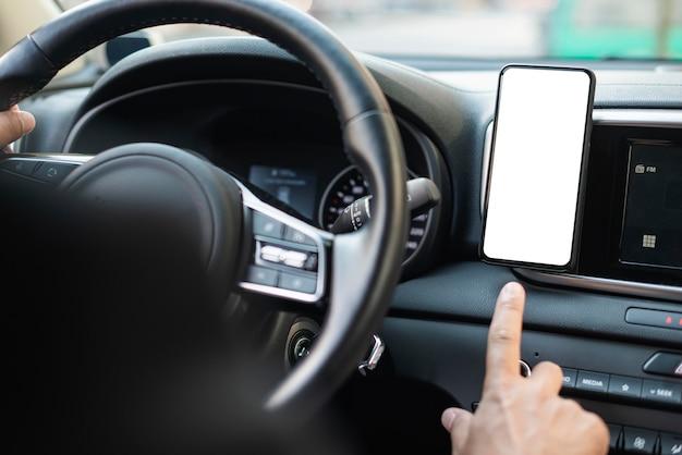 Close-up dirigindo e tendo um telefone celular