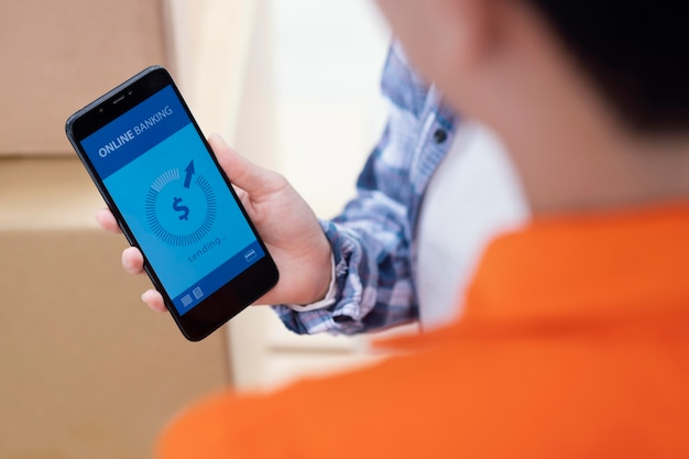 Close-up disponível segurando o telefone com o aplicativo bancário