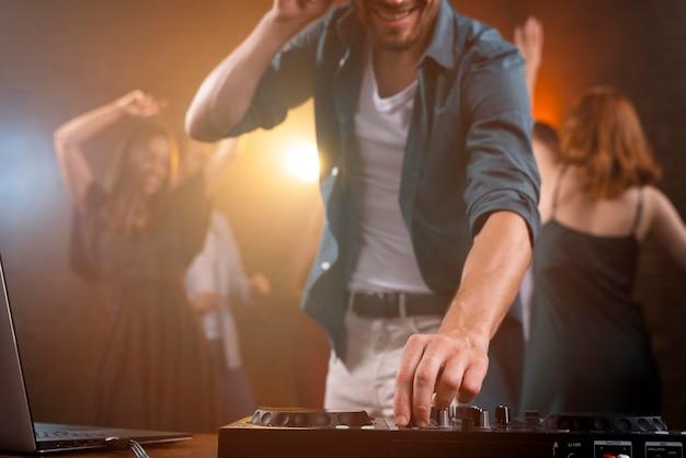 Close-up dj trabalhando no clube