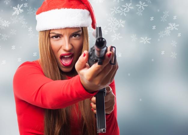 Close-up do adolescente com uma arma
