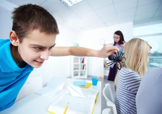 Close-up do aluno com uma aranha