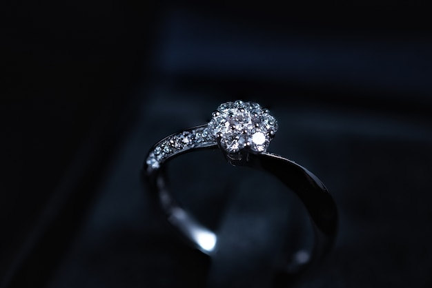 Close-up do anel de diamante no fundo escuro