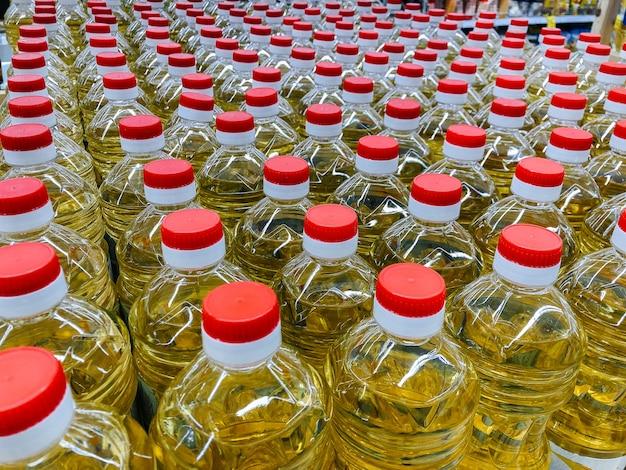 Close-up do armazém do óleo de girassol no supermercado.