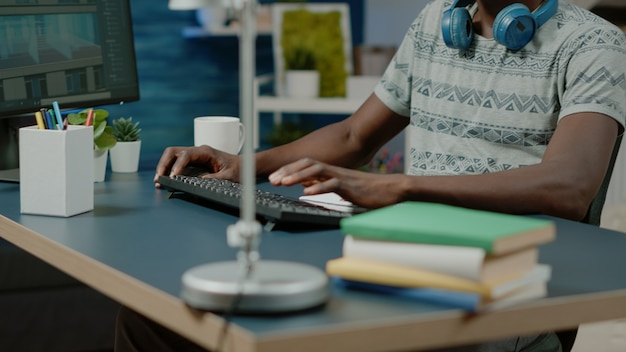 Close-up do arquiteto usando teclado e computador