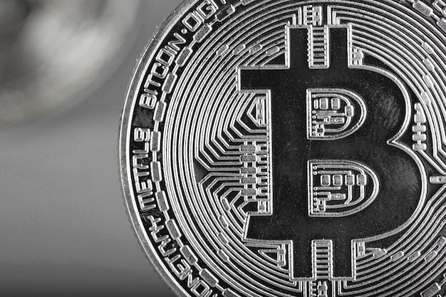 Close up do ativo digital - bitcoin. fundo cinza