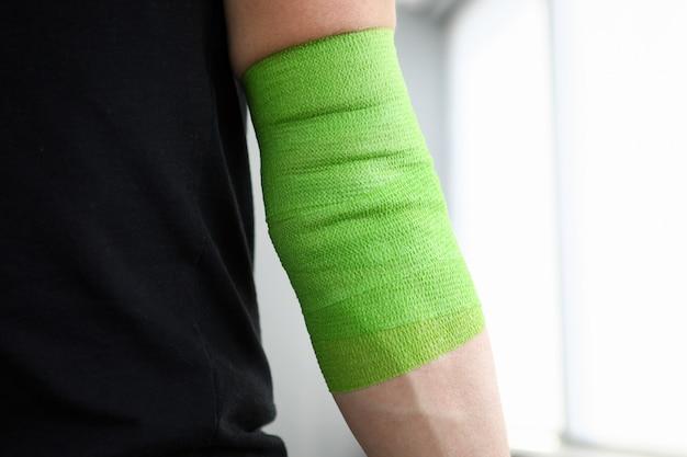 Close-up do atleta com a mão dorida no envoltório swathe