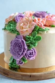 Close-up do bolo da flor de buttercream.