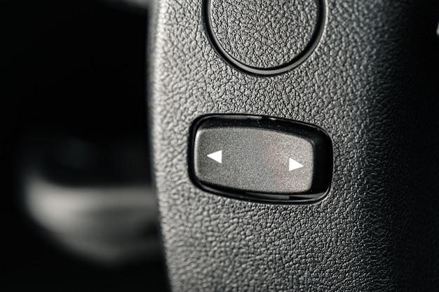 Close-up do botão de setas em um carro