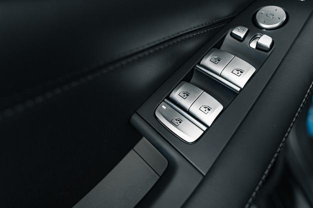 Close-up do botão do levantador de janela em um carro de luxo