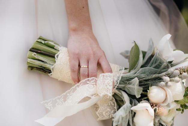 Close-up do buquê de casamento bonito e sofisticado mantém a noiva nas mãos dela. buquê de casamento.